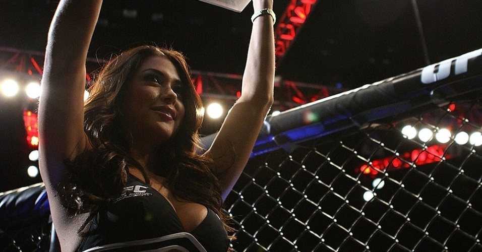 Ring girl Arianny Celeste passeia com a plaquinha no UFC 148, em Las Vegas