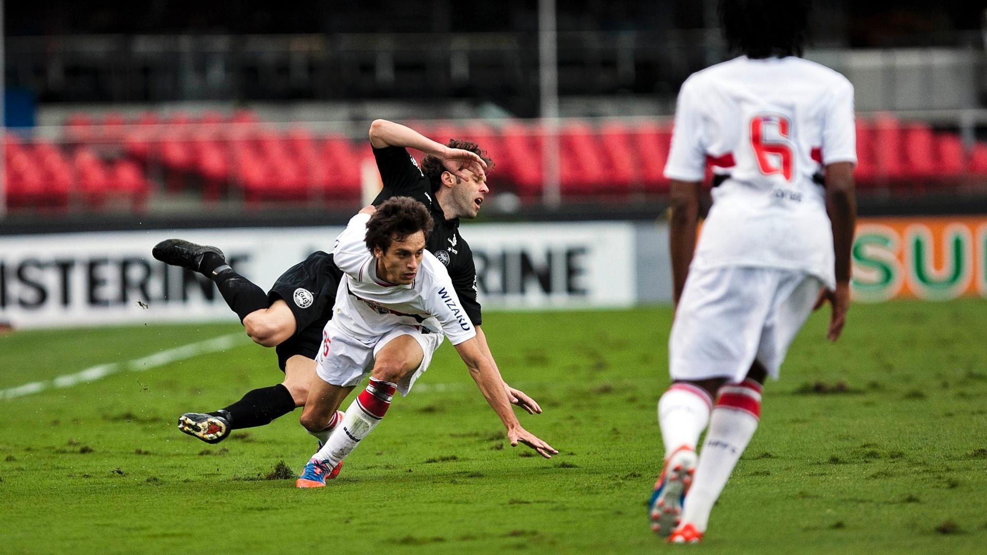 Rodrigo Caio, do São Paulo, e Lincoln, do Coritiba, caem em disputa pela bola no Morumbi