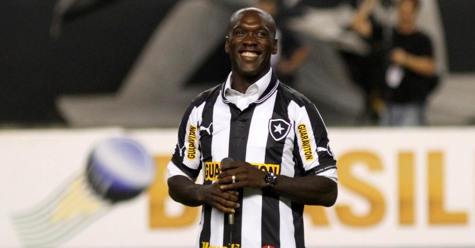 Seedorf veste a camisa do Botafogo e é ovacionado pela torcida carioca no Engenhão