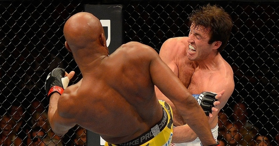 Sonnen leva piso no peito durante a derrota para Anderson Silva