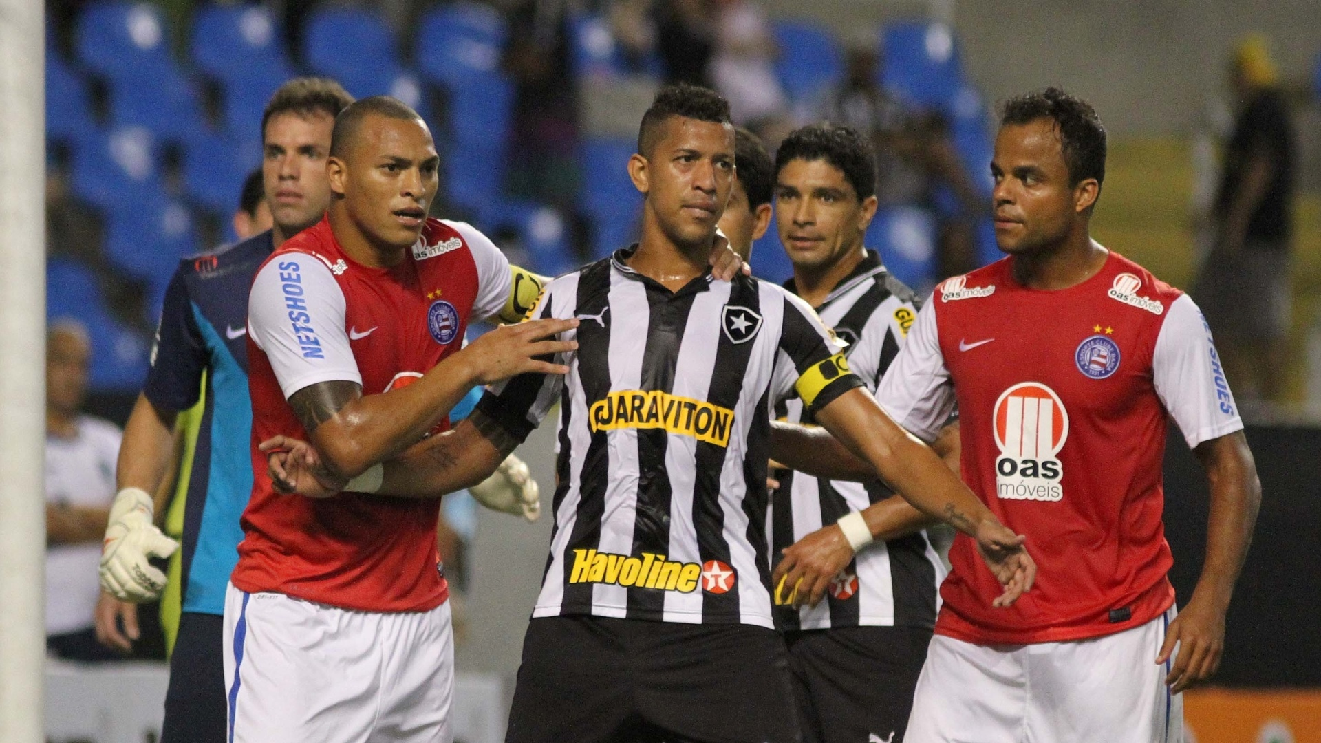Zagueiros e capitães de seus clubes,Titi do Bahia segura Antônio Carlos do Botafogo