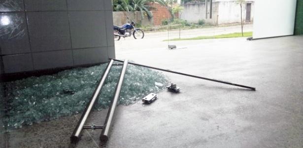 O jovem de 15 anos que quebrou a porta da delegacia em Coreaú (CE) aparentava ter consumido drogas
