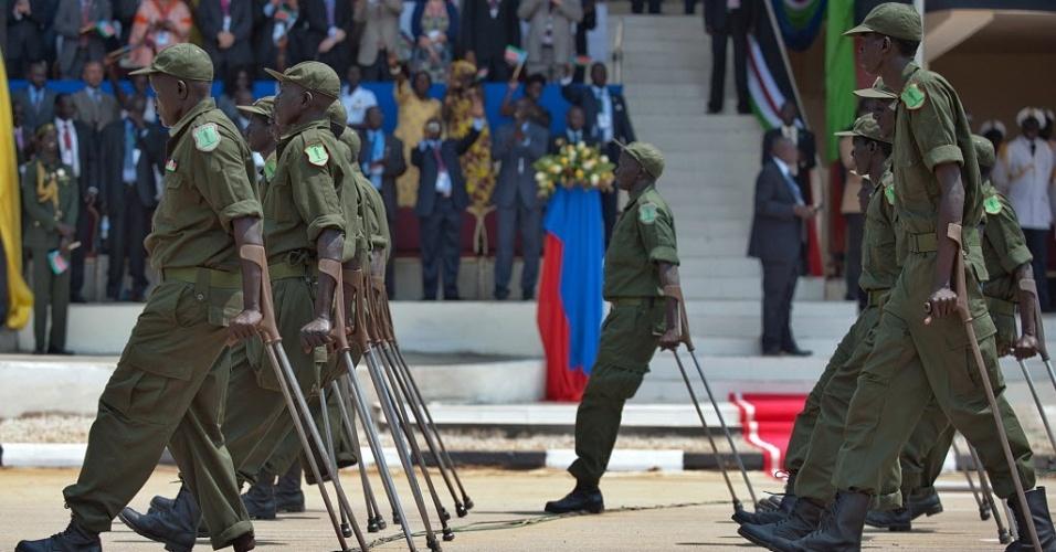 9.jun.2012 - Veteranos de guerra participam de desfile cívico na capital Juba em comemoração ao primeiro ano de independência do Sudão do Sul
