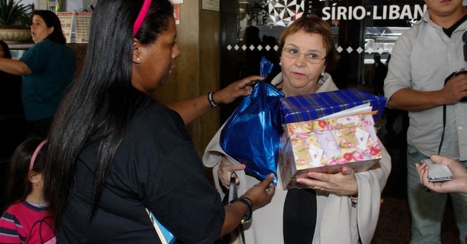 A fã Marisa entrega os presentes à assessoria do cantor (9/7/12)