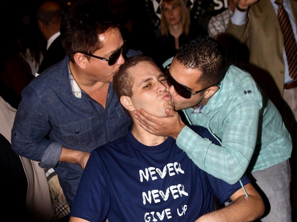 Acidental ou não, beijo entre pai e filho mostra a emoção do momento da saída de Pedro do hospital (9/7/12)