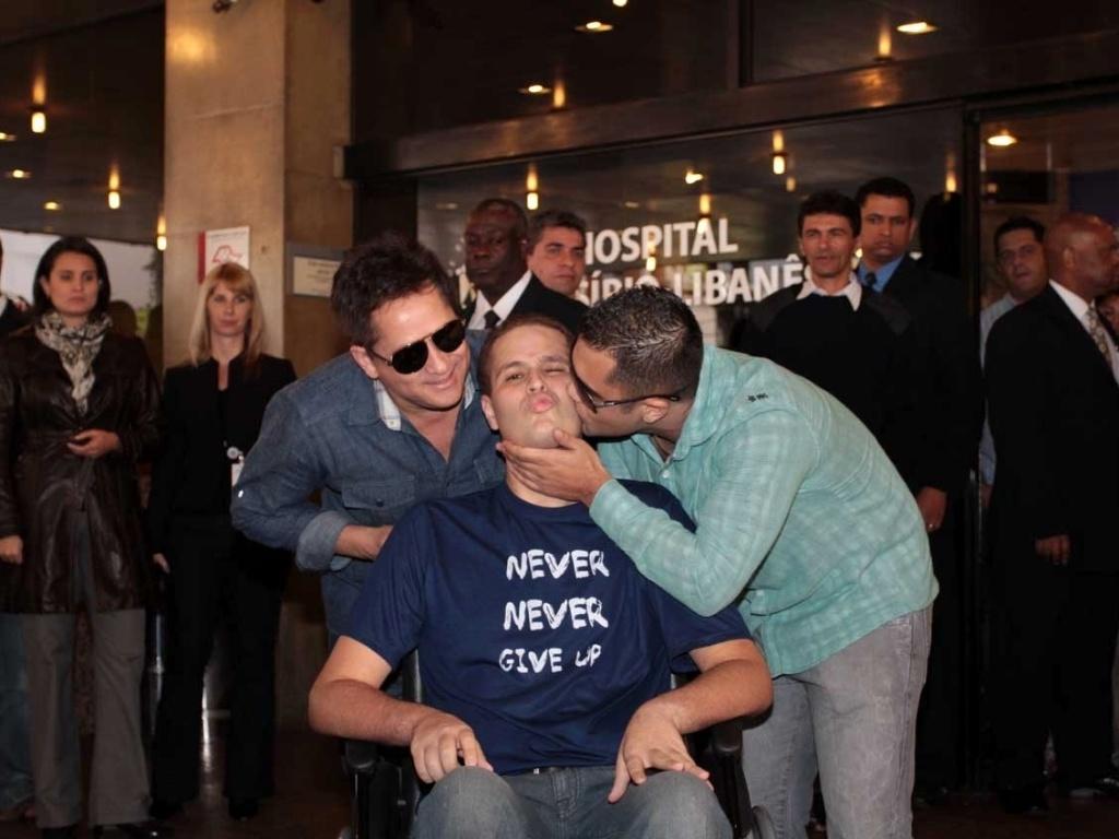 Acidental ou não, beijo entre primos (Pedro e Thiago) mostra a emoção do momento da saída de Pedro do hospital. O cantor Leonardo (à esq.) demonstra felicidade (9/7/12)