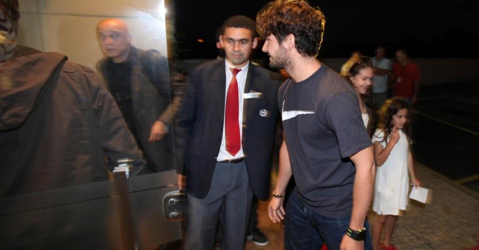 Alexandre Pato chega ao hotel no Rio de Janeiro para apresentação da seleção olímpica