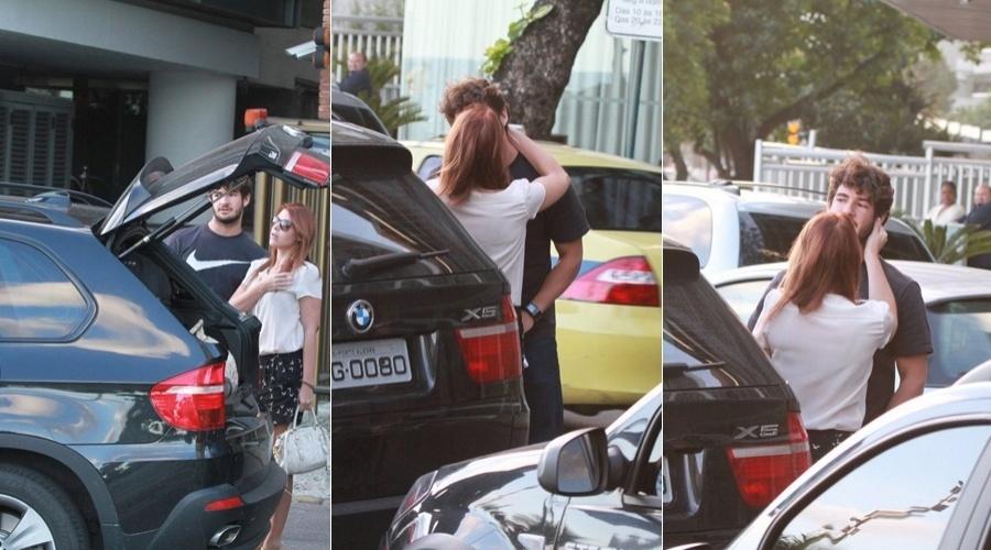 Alexandre Pato e a namorada, Barbara Berlusconi, trocaram beijos na porta do hotel, no Rio (9/7/12)