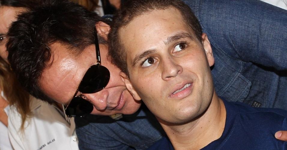 Aliviado, Leonardo abraça o filho Pedro, que emagreceu 30 quilos durante recuperação do acidente (9/7/12)