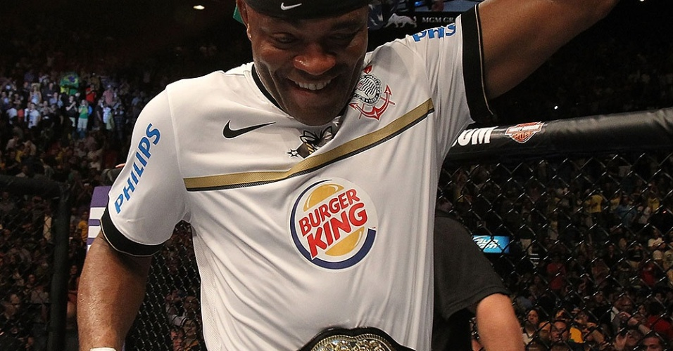 Anderson Silva comemora mais uma vez com o cinturo dos mdios do UFC