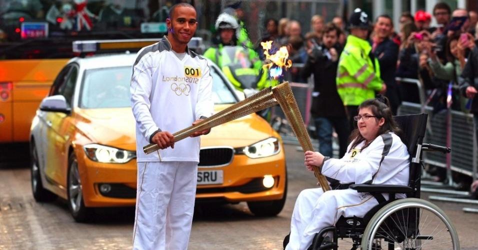 Após correr no GP da Inglaterra, Lewis Hamilton carrega tocha olímpica na manhã desta segunda-feira (9)