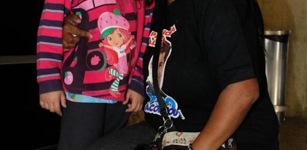Babá Marisa Rosa, de 39 anos, trouxe presentes para o cantor e sua mãe: bonecos, pôsteres e colar, todos com símbolos do Corinthians.