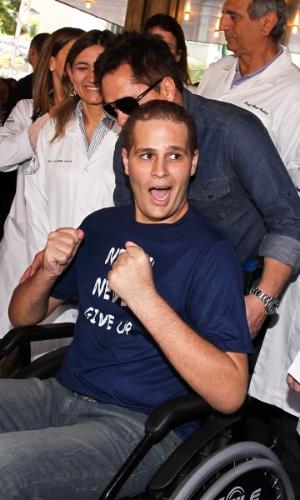 De cadeira de rodas, Pedro comemora, sorri para fãs e imprensa à espera na porta do hospital Sírio-Libanês (9/7/12)