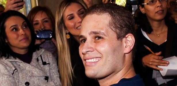 De cadeira de rodas, Pedro sorri para fãs e imprensa à espera na porta do hospital Sírio-Libanês (9/7/12)