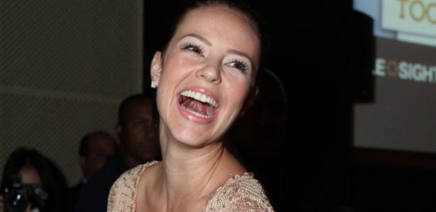 A atriz Paolla Oliveira usa vestido curto em evento (25/5/2012)