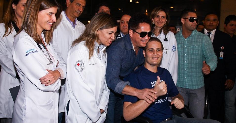 Equipe médica ao lado do ex-paciente Pedro, liberado nesta segunda-feira do Sírio-Libanês (9/7/12)