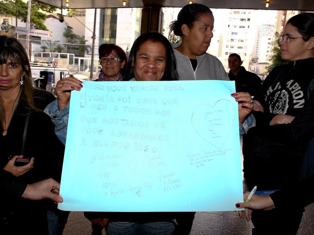 Fãs levam cartazes de apoio ao cantor Pedro Leonardo na manhã desta segunda-feira (9)