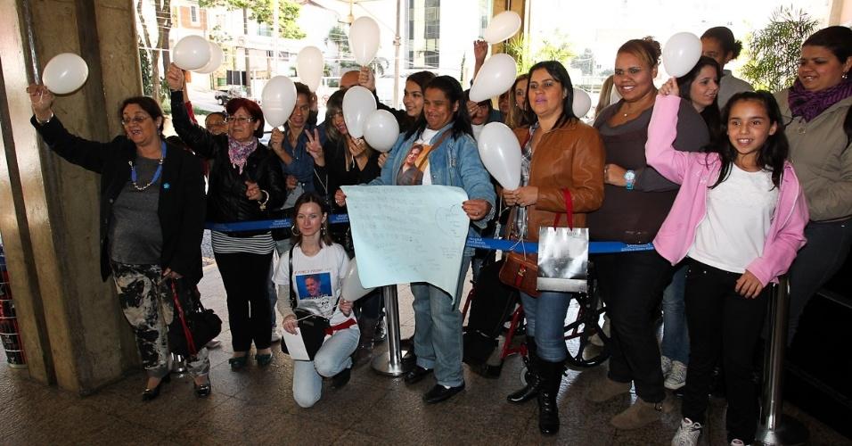 Fãs levam presentes ao cantor, muitos deles com o símbolo do Corinthians, time do coração de Pedro (9/7/12)