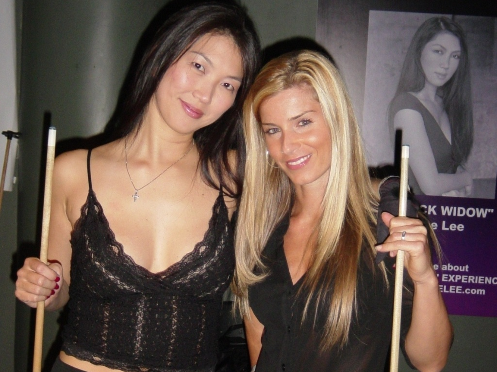 Jennifer Barretta e Jeanette Lee posam para foto durante as gravações do filme '9 ball'