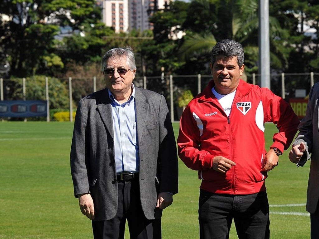 Joo Paulo Jesus Lopes (esq) e Adalberto Batista apresentaram o novo treinador Ney Franco