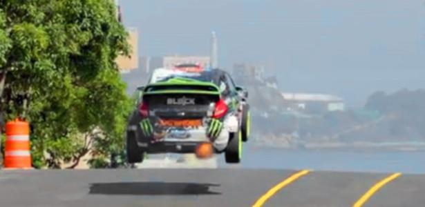 Ken Block salta com seu Ford Fiesta no bairro de Forest Hill, no centro de São Francisco