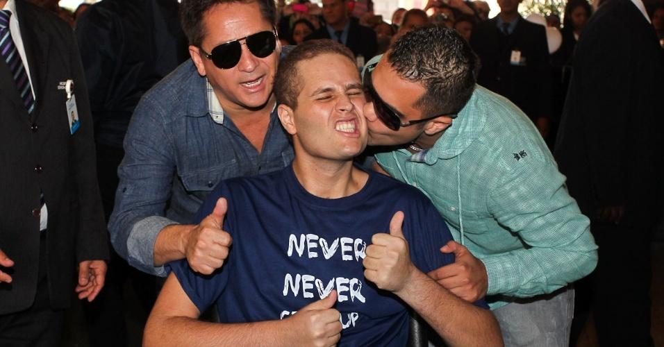 Leonardo, Pedro e o primo Thiago, felizes com a alta do cantor (9/7/12)