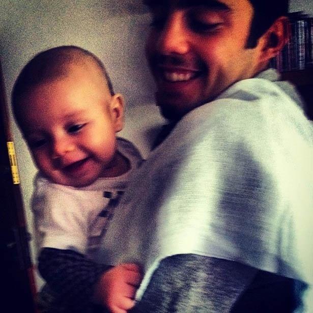 Marido de Luana Piovani divulga imagem segurando o filho no colo