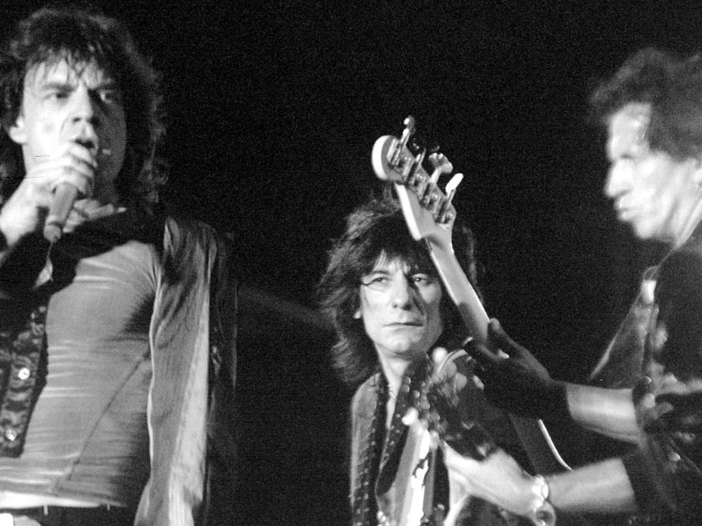 Mick Jagger, Ron Wood e Keith Richards se apresentam no Pacaembu em 1995