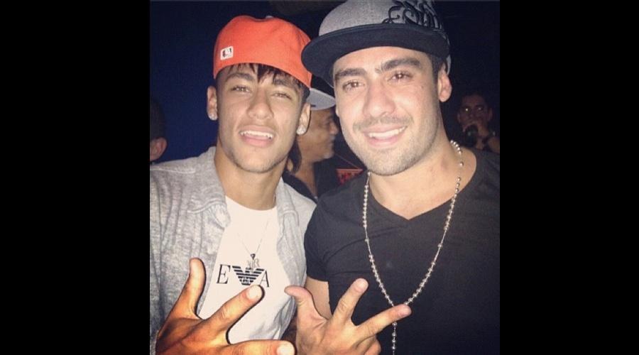 O ex-BBB Yuri divulgou uma imagem ao lado do jogador Neymar (9/7/12)