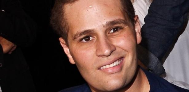 O lado direito do rosto de Pedro ainda apresenta certa rigidez, mas o sorriso é nítido no semblante do cantor (9/7/12)