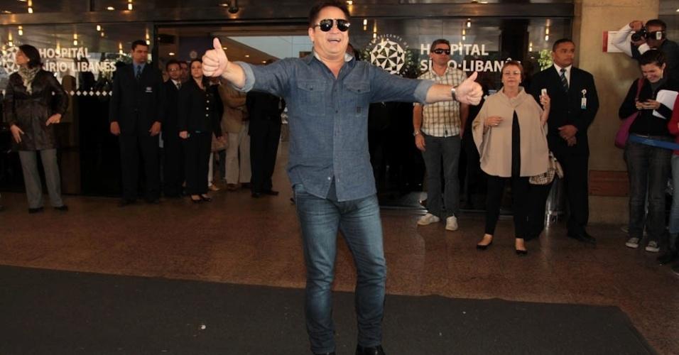 O pai do cantor, Leonardo, agradeceu a fãs e à imprensa durante pronunciamento na entrada do hospital. Ele relembrou o sofrimento vivido pelo filho e também congratulou o trabalho da equipe do Sírio-Libanês (9/7/12)