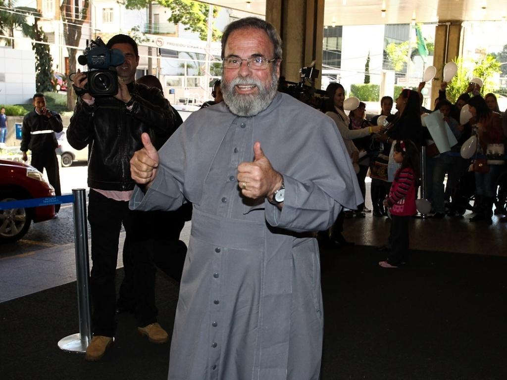 Padre Antônio Maria chegou ao local por volta das 12h20, dizendo trazer bênção e votos de