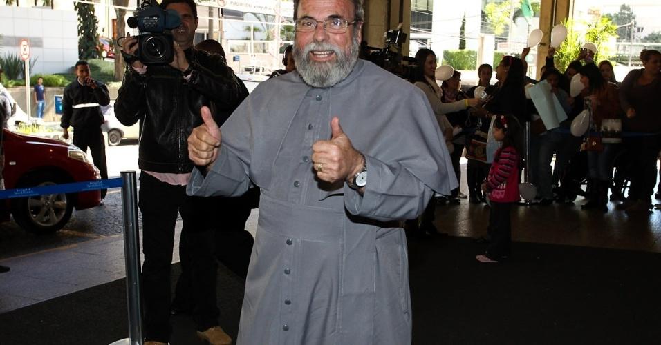 """Padre Antônio Maria chegou ao local por volta das 12h20, dizendo trazer bênção e votos de """"renascimento"""" ao cantor. """"Pedro significa pedra, e todos devem ser um 'Pedro'"""", disse (9/7/12)"""