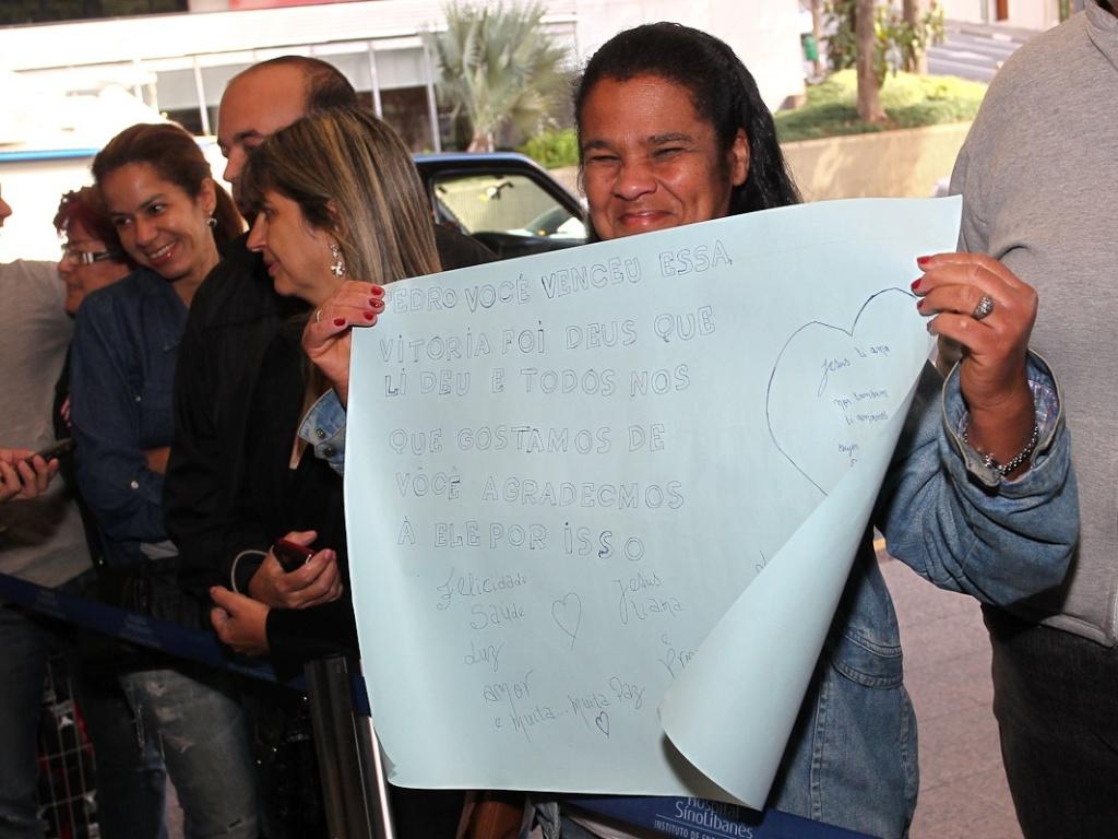 Pedro Camargo deverá deixar o local em cadeira de rodas, acompanhado do pai e do primo (9/7/12)
