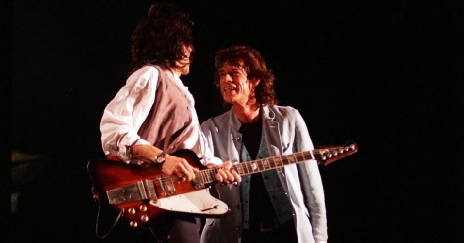 Ron Wood e Mick Jagger no show de 1995 no estádio do Pacaembu, em São Paulo