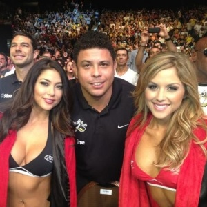 Ronaldo posa entre as ring girls do UFC 148 Arianny Celeste e Brittney Palmer em Las Vegas
