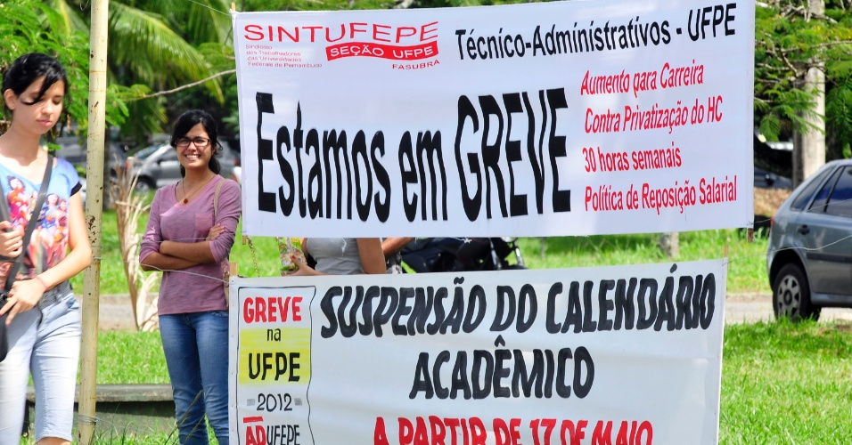 10.jul.2012 - A greve dos professores das universidades federais completa 55 dias. O ano letivo da Universidade Federal de Pernambuco (UFPE), em Recife, est&#225; cada vez mais comprometido e h&#225; a expectativa de que a carga hor&#225;ria s&#243; possa ser reposta em 2013 por causa da paralisa&#231;&#227;o iniciada no dia 17 de maio