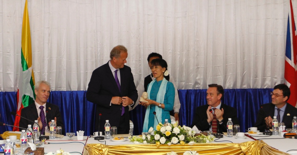 10.jul.2012 - A l&#237;der oposicionista de Mianmar Aung San Suu Kyi recebe o pr&#234;mio Churchill do subsecret&#225;rio de Estado do Parlamento Brit&#226;nico, Lord Marland, na capital Naypyitaw, nesta ter&#231;a-feira (10)