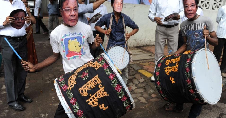 10.jul.2012 - Bateristas usam máscaras do candidato da oposição à presidência da Índia, Purno Agitok, durante sua visita a Mumbai, nesta terça-feira (10)