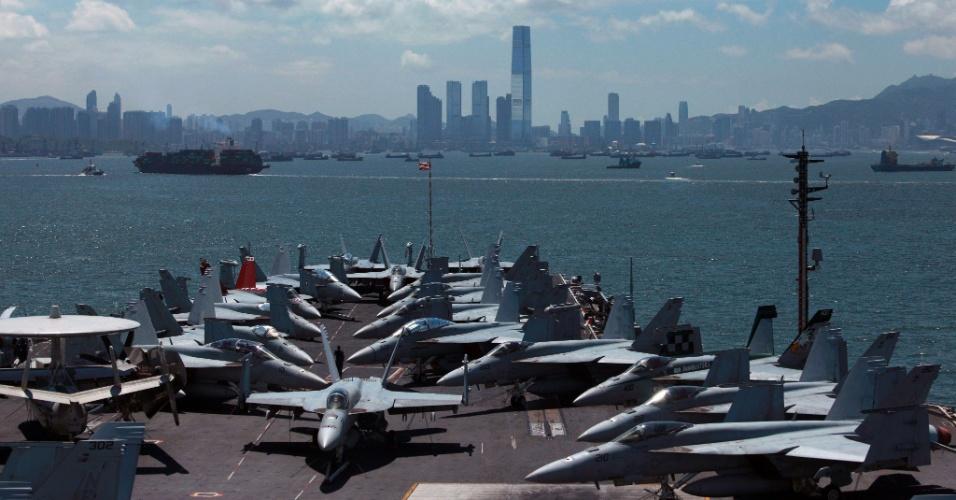 10.jul.2012 - Caças são vistos à bordo do porta-aviões norte-americano George Washing, em Hong Kong, nesta terça-feira (10)