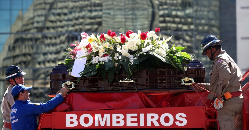10.jul.2012 - Caix&#227;o do cardeal dom Eug&#234;nio Sales, que morreu aos 91 anos, v&#237;tima de um infarto enquanto dormia, chegou a Catedral Metropolitana de S&#227;o Sebasti&#227;o, no Rio de Janeiro, em um carro do Corpo de Bombeiros, acompanhado por centenas de pessoas