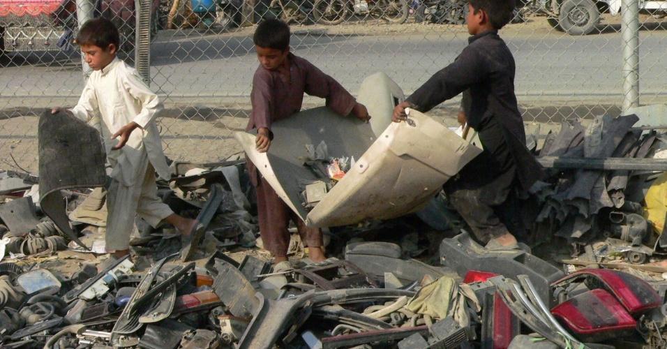 10.jul.2012 - Crianças afegãs coletam sucata para vender em Torkham, na cidade da fronteira afegã-paquistanesa