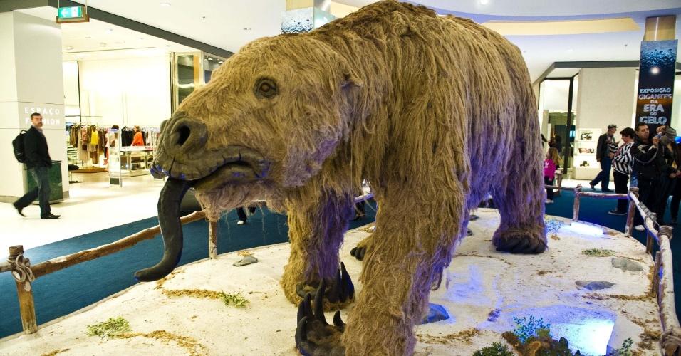 10.jul.2012 - Exposição em shopping de Porto Alegre (RS) traz réplicas em tamanho natural de animais da Era Glacial