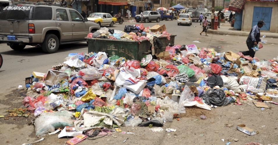 10.jul.2012 - Greve dos serviços de limpeza em Sanaa, capital do Iêmen, deixa lixo acumulado nas ruas da cidade há três dias