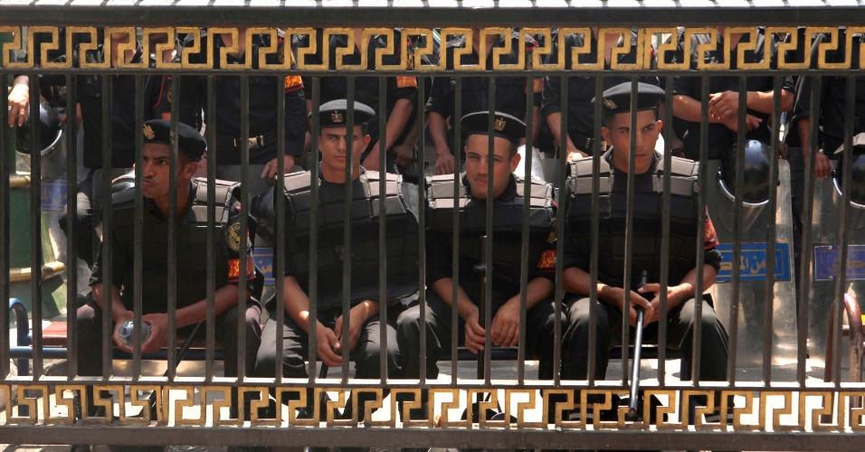 10.jul.2012 - Membros da polícia egípcio montam guarda em frente ao edifício do Parlamento no Cairo