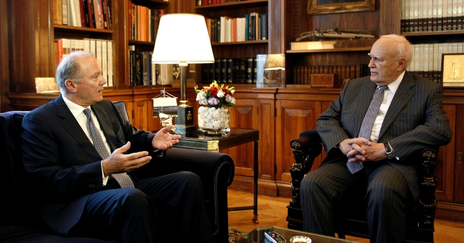 10.jul.2012 - O presidente da Grécia, Karolos Papoulias (à direita), se reúne com o governador do Banco da Grécia, George Provopoulos, no Palácio Presidencial de Atenas