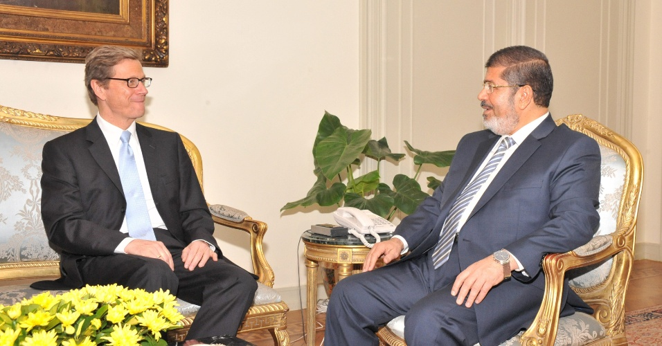 10.jul.2012 - O presidente do Egito Mohamed Morsi (&#224; direita) recebe a visita do ministro das Rela&#231;&#245;es Exteriores alem&#227;o Guido Westerwelle no Cairo, nesta ter&#231;a-feira (10)