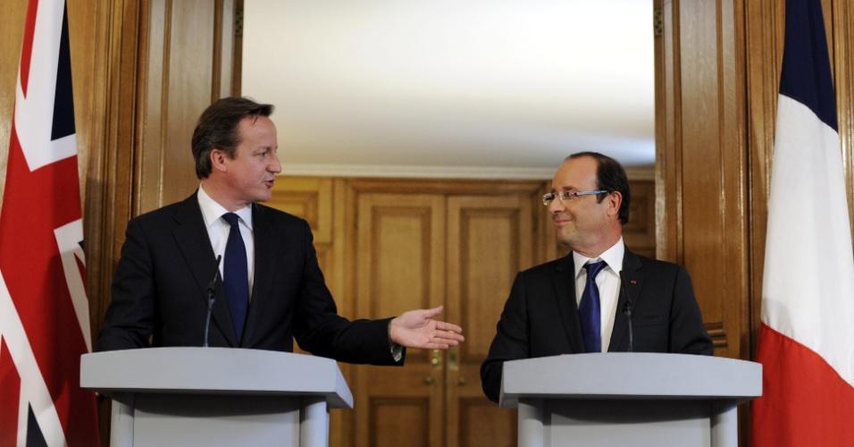 10.jul.2012 - O presidente francês, François Hollande, (à direita) e o primeiro-ministro britânico, David Cameron, concedem entrevista coletiva conjunta durante a visita de Hollande a Londres, no Reino Unido, nesta terça (10)