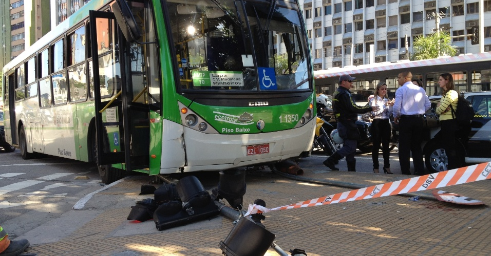 10.jul.2012 - &#212;nibus perde o controle sobe em canteiro e destr&#243;i sem&#225;foro de pedestres na esquina da avenida Faria Lima com a avenida Rebou&#231;as, na zona sul de S&#227;o Paulo