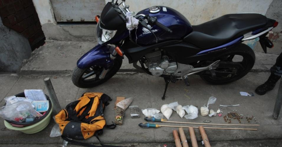 10.jul.2012 - Policiais do Rio de Janeiro apreenderam munição, drogas e armas em operação na favela do Jacarezinho, na Ilha do Governador. Um homem foi preso e outro morreu durante a ação dos policiais